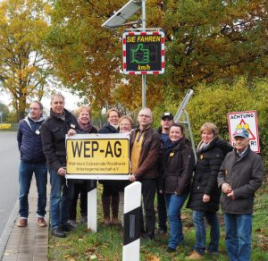 die Initiatoren der WEP AG mit der Geschwindigkeitsmessanlage